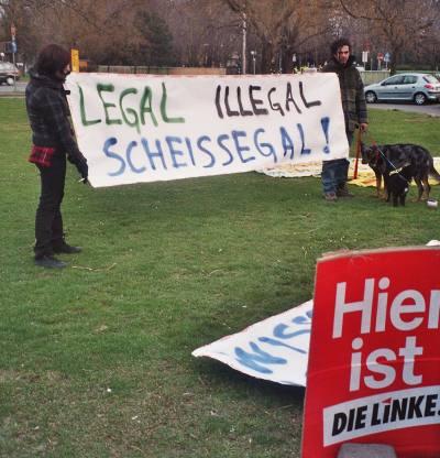 Foto von Personen mit Banner Legal illegal scheissegal